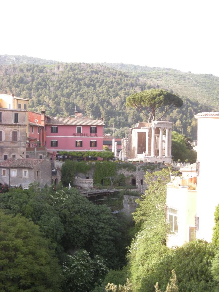 Vy över Tivoli från Ponte Gregoriano, maj 2013. Sibylletemplet skymtar bakom det runda Vestatemplet.